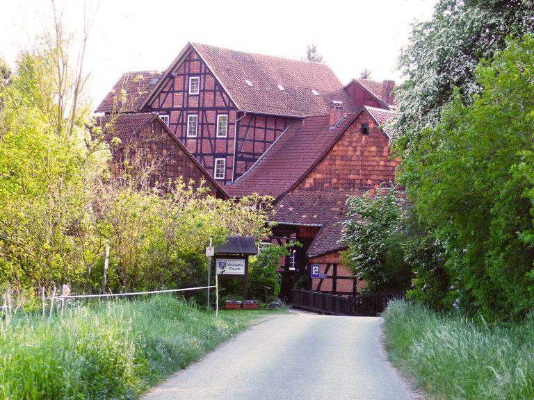 Das Mühlengebäude mit alter Wassermühle