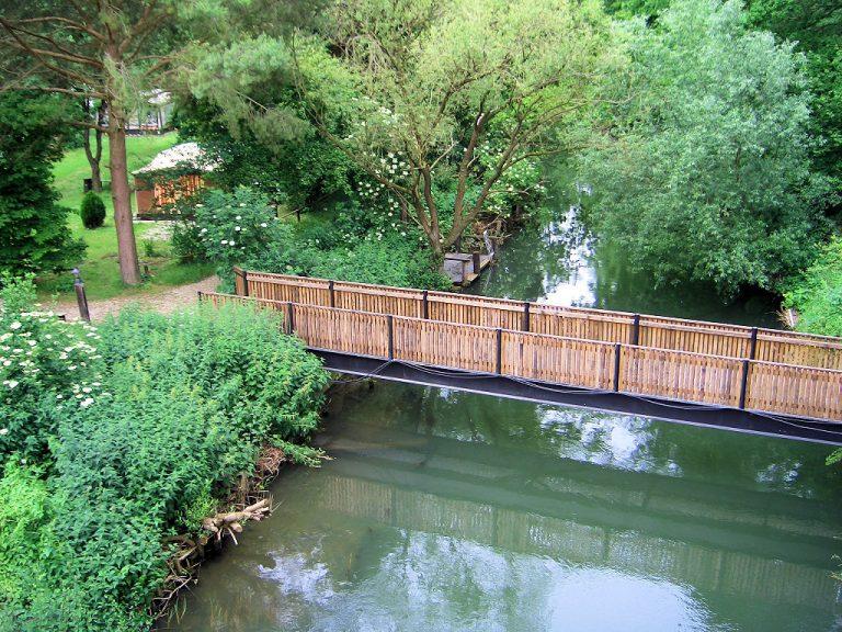 Die Brücke über dem Mühlengraben führt zu den sanitären Anlagen